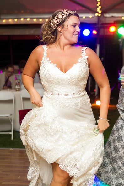 Bride gets wild while dancing