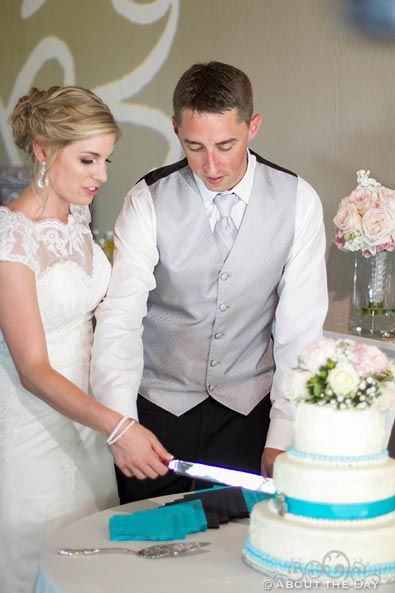 Bride and Groom cut their cake at Hidden Meadows