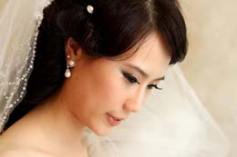 Asian Bride with flawless skin gets ready at Thompson River Inn